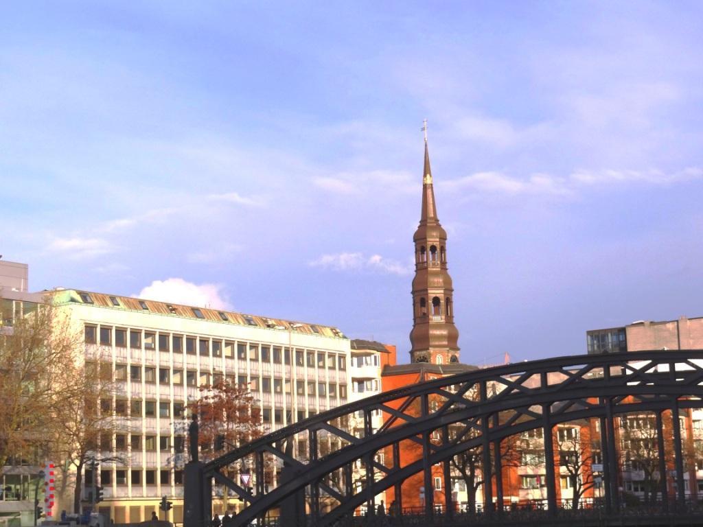 Blick auf den Hamburger Michel, das älteste Wahrzeichen der Hansestadt Hamburg, von der historischen Speicherstadt aus. Foto: Eckart Kreitlow