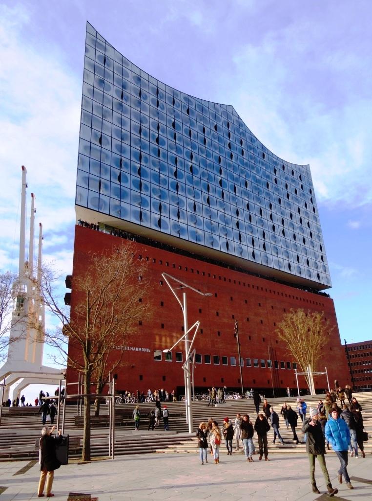 Die etwa einhundertzehn Meter hohe  Elbphilharmonie in der Hafen-City in der Nähe der Landungsbrücken ist ein neues Wahrzeichen in der Hansestadt Hamburg. Foto: Eckart Kreitlow