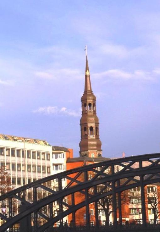 Blick auf die Hauptkirche Sankt Katharinen in der Hansestadt Hamburg. Foto: Eckart Kreitlow