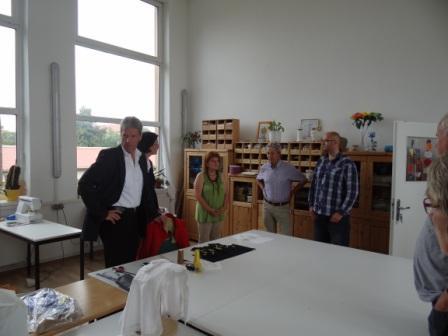 Der Fraktionsvorsitzende der Partei Die Linke im Schweriner Landtag Helmut Holter, Spitzenkandidat zu den Landtagswahlen von M-V am 4.September 2011, besuchte am 19.August 2011 den Verein zur Förderung der Arbeit und Qualifizierung Ribnitz-Damgarten e.V., wo er von Bürgermeister Jürgen Borbe und Geschäftsführer Jan Berg empfangen wurde. Foto: Eckart Kreitlow