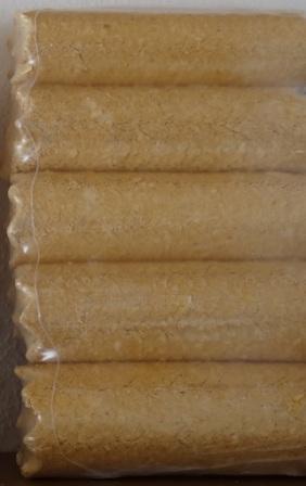 Premium-Holzbriketts,  hoher Heizwert, etwa 10 kg Holzbriketts ersetzen im Heizwert ca. 5 Liter Heizöl, sehr wenig Asche, Paket mit 5 Stück Holzbriketts, runde Form, 100 % Holz, ohne Zusatzstoffe, Gewicht je Paket ca. 10 kg. Foto: Eckart Kreitlow