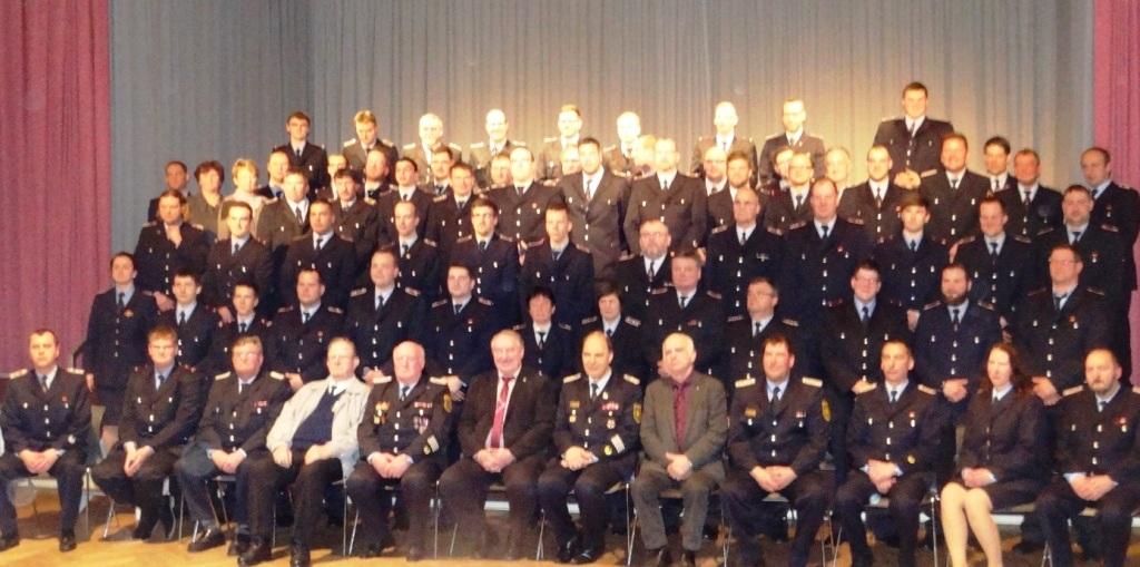 Gruppenbild der Kameradinnen und Kameraden der Freiwilligen Feuerwehr Ribnitz-Damgarten w�hrend der Jahreshauptversammlung am 27.M�rz 2015 im Stadtkulturhaus Ribnitz-Damgarten. Foto: Eckart Kreitlow