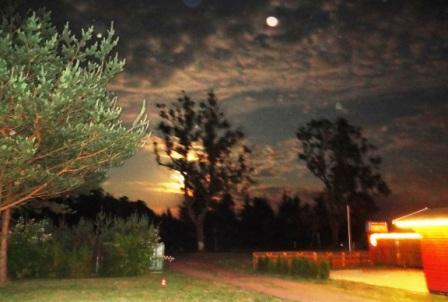 Ein märchenhaft schöner Anblick  - der künftige Ferienhof-Imbiss Der Suppentopf im Ribnitz-Damgartener Ortsteil Borg am Abend bei Mondschein. Er soll spätestens zur Saison 2015 eröffnet werden. Foto: Eckart Kreitlow