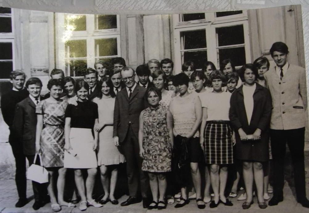 Ehemalige Schülerinnen und Schüler der Klasse 10 b der damaligen Polytechnischen Oberschule (POS) Gerhart Hauptmann in der Alten Klosterstraße in Ribnitz-Damgarten mit ihrem Klassenlehrer Herrn Reinhold Sauck (†) in der Bildmitte, Schulabschlussjahr 1968