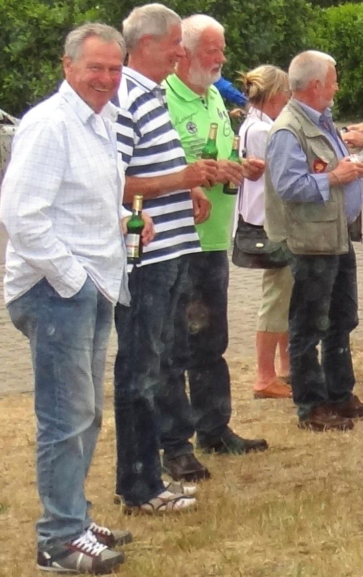 Bilder vom 5.Klassentreffen der damaligen Polytechnischen Oberschule Gerhart Hauptmann in Ribnitz-Damgarten, Schulabschlussjahr 1968, am 12.Juni 2015. Mit dem Mercedes - Oldtimerbus Unser Heimatland des Ribnitz-Damgartener Fuhrbetriebes von Jürgen - Ludwig Buhrow wurde eine etwa siebenstündige Rundfahrt über die Halbinsel Fischland, dem Darß und der südlichen Boddenküste unternommen. Foto: Eckart Kreitlow