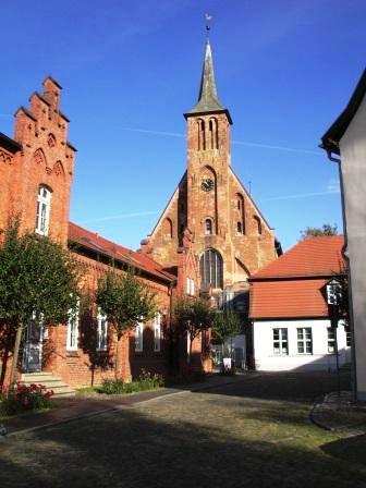 Die Ribnitzer Klosterkirche mit dem Bernsteinmuseum rechts daneben!