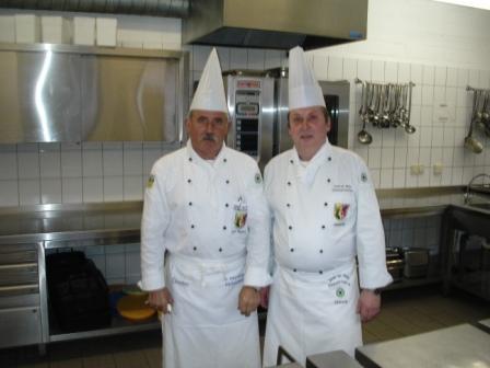 links auf dem Bild Hans Martens, bisheriger 1.Vorsitzender, rechts im Bild Joachim Schwob, neugewählter 1. Vorsitzender des Köchevereins. Foto: Eckart Kreitlow