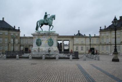 Der Königliche Neue Markt (Kongens Nytorv) in Kopenhagen mit dem Standbild Christians V. unweit des Königlichen Theaters. Foto: Eckart Kreitlow