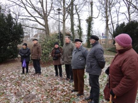 Kranzniederlegung sowie Worte ehrenden Gedenkens an der Mahn- und Gedenkstätte in Ribnitz-Damgarten aus Anlass des Gedenktages für die Opfer des Faschismus. Foto: Eckart Kreitlow