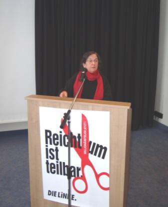 Dr. Marianne Linke, Vorsitzende des Kreisverbandes Stralsund der Partei DIE LINKE, gab in ihrem Redebeitrag einen Einblick in die Arbeit des Stralsunder Kreisverbandes. Foto: Eckart Kreitlow