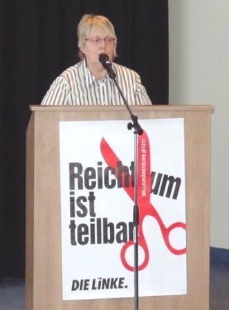 Christiane Latendorf, Vorsitzende der Kreistagsfraktion von Vorpommern-R�gen unserer Partei DIE LINKE, dankte in ihrem Redebeitrag den vielen Mitgliedern sowie sachkundigen B�rgerinnen und B�rgern f�r ihr Engagement und betonte, dass wir nur gemeinsam stark seien. Foto: Eckart Kreitlow