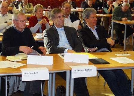 Als G�ste nahmen Dr. Andr� Brie (MdL), Dr. Dietmar Bartsch (MdB) und Helmut Holter (MdL) an der 1.Tagung des 2.Kreisparteitages im Kulturhaus Treffpunkt Europas in Grimmen teil (v. l. n. r.). Foto: Eckart Kreitlow