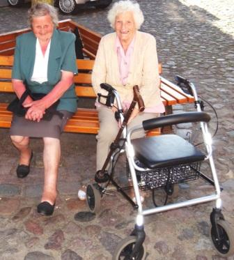 Die beiden Damen Frau Grommisch und Frau Schmidt aus Ribnitz-Damgarten freuen sich sehr �ber den GUINNESS-Weltrekord. Auch sie beide verfolgten das Geschehen bis zum Schluss. Wer h�tte das gedacht? Die l�ngste Bernsteinkette der Welt! L�nge 178,64 Meter! Foto: Eckart Kreitlow