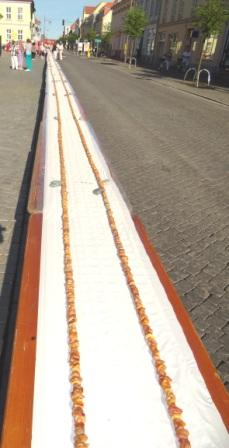 Es ist geschafft! GUINNESS-Weltrekord! Die l�ngste Bernsteinkette der Welt! L�nge 178,64 Meter! Foto: Eckart Kreitlow