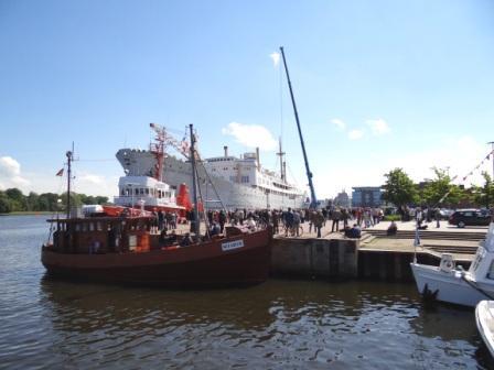 Abschied von dem ehemaligen Fracht- und Ausbildungsschiff der Deutschen Seereederei MS Georg Büchner  im Stadthafen der Hansestadt Rostock am 27.Mai 2013. Foto: Eckart Kreitlow