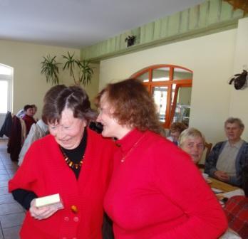 Die Kreisvorsitzende unserer Partei DIE LINKE Genossin Kerstin Kassner dankte ganz herzlich, stellvertretend f�r alle Aktiven,  Genossin Elfriede Holz, (links im Bild) auf dem Kreisparteitag in Klockenhagen f�r ihre engagierte Arbeit und �bergab ihr ein kleines Geschenk. Foto: Eckart Kreitlow