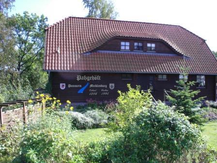 Das Passgehöft an der Recknitzbrücke zwischen Ribnitz und Damgarten, der damaligen Grenze zwischen Mecklenburg und Pommern. Es wurde erstmals 1286 erbaut und im Verlaufe der Jahrhunderte immer wieder restauriert.