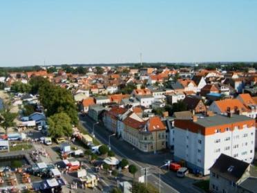 Blick aus der Gondel eines Riesenrades in 38 m Höhe auf Ribnitz-Damgarten. Foto: Eckart Kreitlow