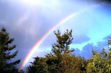 Ein Regenbogen am Himmel mit seinen wunderschönen leuchtenden Farben  betrachten viele Menschen in verschiedenen Regionen der Welt als ein Symbol der Hoffnung und der Zuversicht. Foto: Eckart Kreitlow