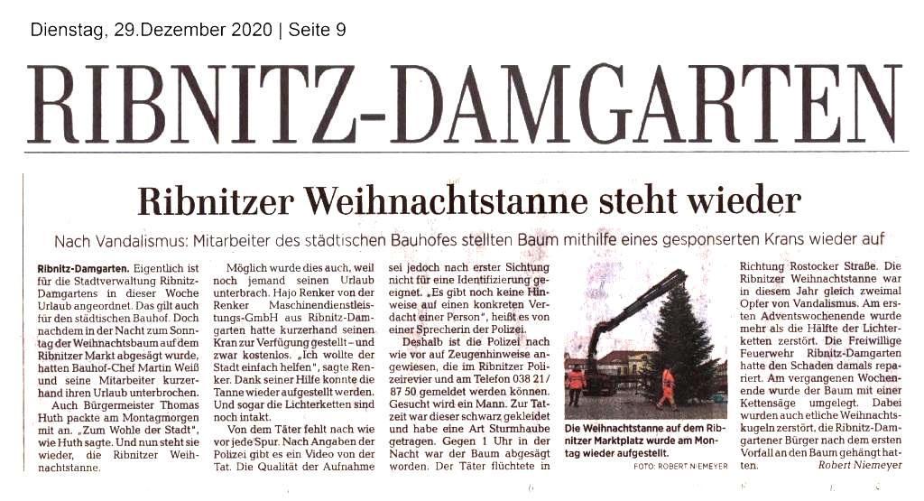 Ribnitzer Weihnachtstanne steht wieder - Nach Vandalismus: Mitarbeiter des städtischen Bauhofes stellten Baum mithilfe eines gesponserten Krans wieder auf - Von Robert Niemeyer - Ostsee-Zeitung - Ribnitz-Damgartener Ausgabe - Dienstag, 27. Dezember 2020 | Seite 9