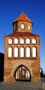 Das Rostocker Tor in Ribnitz-Damgarten ist ein historisches Bauwerk aus dem 13.Jahrhundert. Es war ursprünglich Teil einer mittelalterlichen slawischen Burganlage unter anderem mit einer Stadtmauer und  5 Türmen. Foto: Eckart Kreitlow