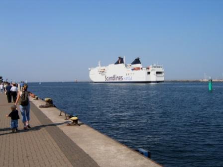 Eine Fähre der Scandlines Reederei verlässt Rostock mit Kurs Gedser / Dänemark. Foto: Eckart Kreitlow