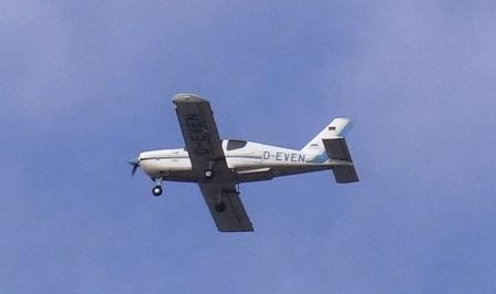 Ein Sportflugzeug am Himmel über dem Ribnitz-Damgartener Ortsteil Borg. Foto: Eckart Kreitlow