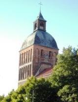 Blick auf den Westturm der Marienkirche unmittelbar am Ribnitz-Damgartener Marktplatz im Stadtteil Ribnitz der Bernsteinstadt. Erstmals wurde sie im Jahre 1233 urkundlich erwähnt. Die Kirche Sankt Marien ist ein spätromanischer Backsteinbau aus des 13. Jahrhundert mit baulichen Veränderungen im weiteren Verlauf der wechselvollen Geschichte der Stadt. Foto: Eckart Kreitlow