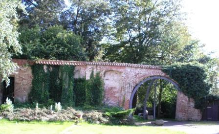Reste der historischen Klostermauer  aus dem Mittelalter in der Bernsteinstadt Ribnitz-Damgarten. Foto: Eckart Kreitlow