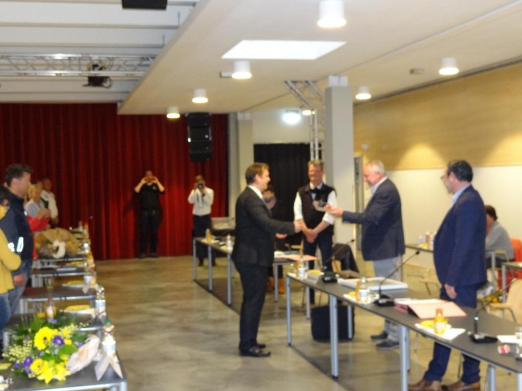 Ribnitz-Damgartens bisheriger Bürgermeister Frank Ilchmann am 29.April 2020 herzlich von den Stadtvertretern im Begegegnungszentrum Ribnitz-Damgarten verabschiedet, neu gewählter Bürgermeister Thomas Huth erhielt die Ernennungsurkunde und legte den Amtseid ab.