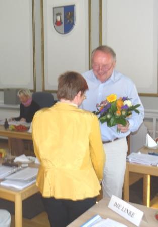 Bürgermeister Frank Ilchmann gratuliert Genossin Heike Völschow, DIE LINKE, zu ihrer Wahl zur zweiten stellvertretenden Stadtpräsidentin von Ribnitz-Damgarten. Foto: Eckart Kreitlow