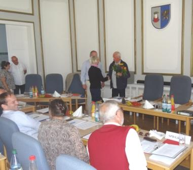 Horst Schacht, stellvertretender Fraktionsvorsitzender DIE LINKE der Stadtvertretung Ribnitz-Damgarten, gratuliert Kathrin Meyer (CDU) zu ihrer Wahl zur Stadtpräsidentin. Foto: Eckart Kreitlow