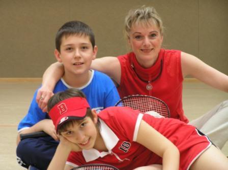 Christofer-Iulian und Anna-Maria  beim ersten Federball-Schnupperkurs im Mai 2005 in Uta Rößlers (Bildmitte) Badmintonschule. Foto: privat