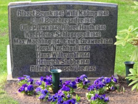 Gedenken des Volksbundes Deutscher Kriegsgr�bervorsorge e.V. auf dem Neuen Friedhof in Ribnitz-Damgarten an das Ende des Zweiten Weltkrieges vor 68 Jahren und die Nazi-Barbarei am 8.Mai 2013, bei dem auch der Chef des Stabes und stellvertretende Kommandeur des Landeskommandos Mecklenburg-Vorpommern der  Bundeswehr, Oberstleutnant Dietmar Henke, und der B�rgermeister von Ribnitz-Damgarten Frank Ilchmann (parteilos) zugegen waren. Foto: Eckart Kreitlow