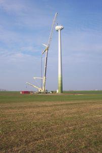 Im Bau befindliche Windkraftanlage auf einer Fläche im Ribnitz-Damgartener Ortsteil Borg. Foto: Herbert Limpert
