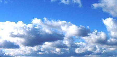 Schöne Wolken am azurblauen Himmel. Foto: Eckart Kreitlow