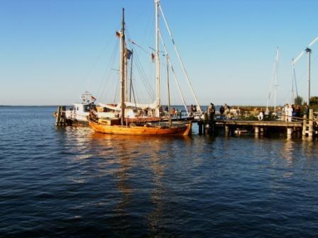 Zeesboot im Hafen Bodstedt am Bodden nahe der Ostsee, dem Darß und der Halbinsel Fischland. Typisch für eine Zeese ist das rot gefärbte Segel! Foto: Eckart Kreitlow